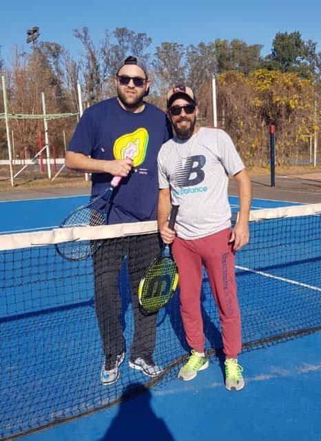 Encuentro de tenis en parque San Martín